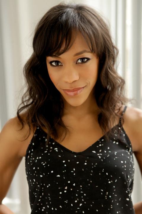 Nikki M. James - Presentadora de la Gala