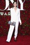 Allison Williams traje blanco por Donna Karan y sobre