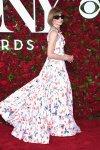 Anna Wintour en vestido largo con estampado floreado y anteojos negros Channel