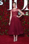 Beth Behrs con un vestido largo color vino tinto, diseño por Marchesa