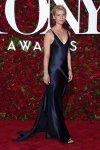 Claire Danes por Narciso Rodriguez, largo satinado en negro con pelo recojido