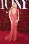 Jane Krakowski vestida por Michael Kors- largo de encaje rojo y escote