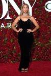 Leona Lewis en un vestido de Nili Lotan de terciopelo negro al cuerpo y gargantilla de diamantes