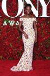 Lupita Nyong'o en vestido de Hugo Boss de pies a cabeza en lentejuela
